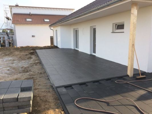 Bordanlage-in-anthrazit-Terrassenplatten